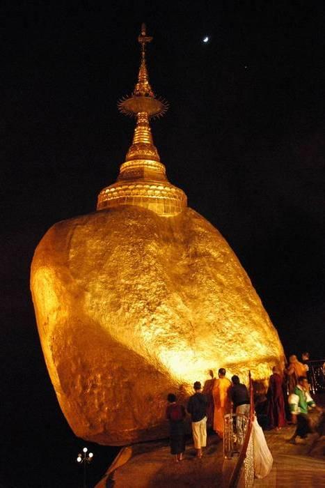 Валун покрыт сусальным золотом.